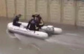 Silivri'de mahsur kalanlar botlarla kurtarılıyor
