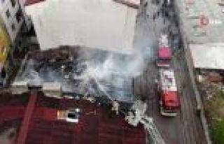 Sultangazi'de bir evin çatısı küle döndü