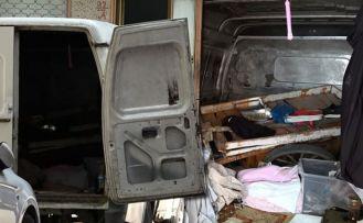 Sultangazi'de terk edilen minibüs uyuşturucu kullananların yuvası oldu