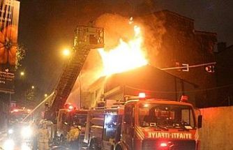 Eyüp Sultan'da korkutan yangın! 5 katlı bir binanın çatısı kül oldu