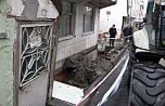 Arnavutköy'de kaldırım çöktü, bina mühürlendi