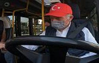 Aydıner, içinde maske, kolonya ve dezenfektan bulunan çantayı yolculara hediye etti.