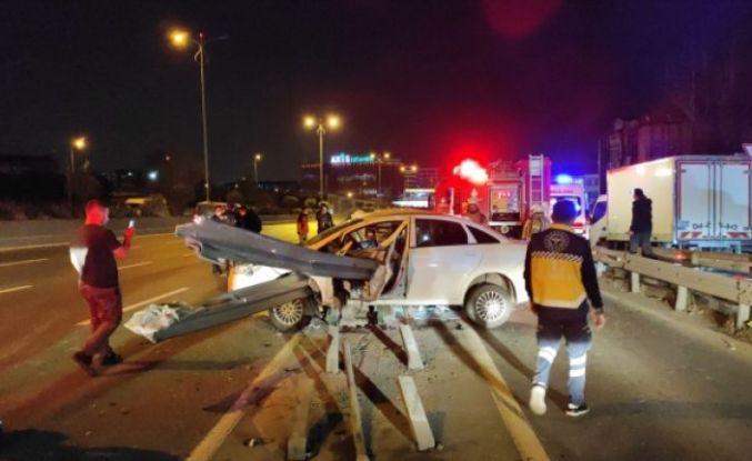 Bayrampaşa'da bariyerlere saplanan otomobildeki 2 kişi yaralandı