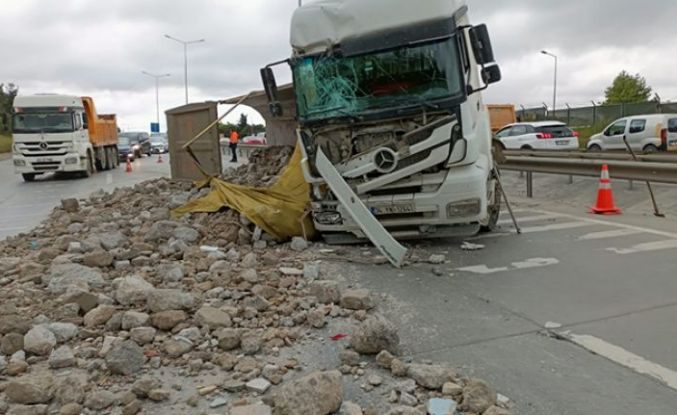 Eyüpsultan'da hafriyat kamyonu ile kamyonetin çarpıştığı kazada 2 sürücü yaralandı