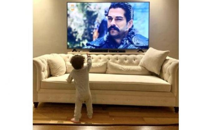 Burak Özçivit oğlu Karan ile Kuruluş Osman'ı izlerken paylaşım yaptı sosyal medya yıkıldı...